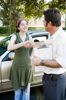 Gentleman of CopartDirect buying car from woman at her home.